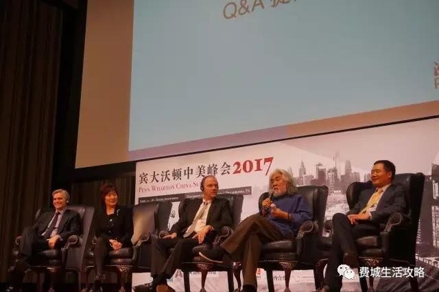 (左至右) 苏富比全球CEO泰德·史密斯(Tad Smith)、中国驻纽约总领事章启月、宾大沃顿商学院院长杰弗里·盖瑞特(Geoffrey Garrett)、导演及制片人张纪中、启迪控股董事长王济武 - 于中美峰会开幕式论坛